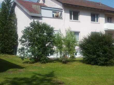Schönes Haus mit neun Zimmern, ruhige Lage im Grünen.
