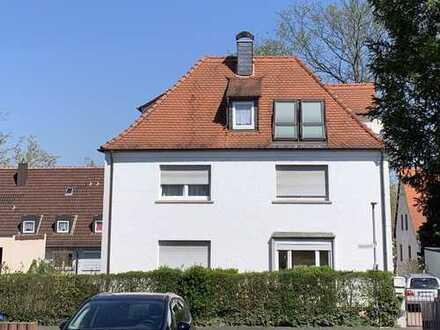 Gemütliche Dachgeschosswohnung in kleinem 3 Familienhaus (möbliert)