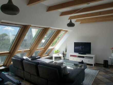 Provisionsfrei! Charmante, lichtdurchflutete Dachgeschosswohnung mit Balkon in Augsburg