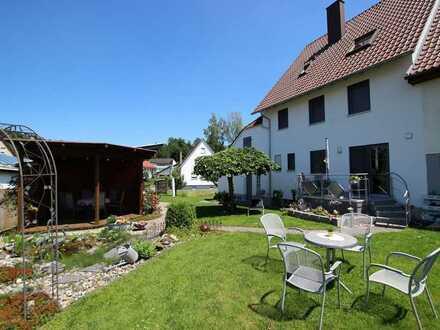 Moderne Doppelhaushälfte mit weitläufigem Grundstück in sonnenverwöhnter Lage in Hüttisheim