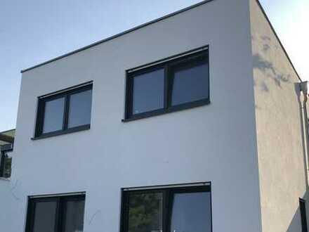Schönes, Stadthaus mit drei Zimmern in Frankfurt am Main, Bergen-Enkheim
