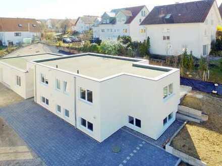 Neu errichtetes Wohn- und Bürogebäude mit Halle und Stellplätzen