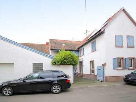 Romantisches Häuschen mit idyllischem Innenhof und Doppelgarage