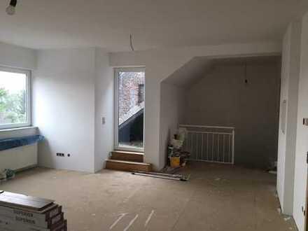 Wird derzeit renoviert - Erstbezug: Schöne 3-Zimmer-Dachgeschosswohnung mit Tageslichtbad und Loggia