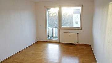 Bezugsfreie Wohnung, Parkett, Laminat und Fliesenfußböden. Küche und Bad mit Fenster.
