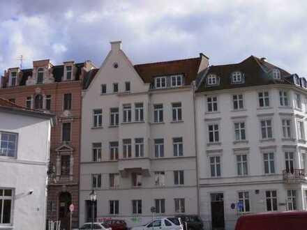 Gepflegte 2-Zimmer-DG-Wohnung mit Balkon und EBK in Lübeck