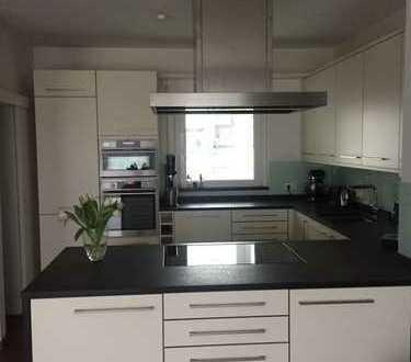 Stilvolle, geräumige und gepflegte 3-Zimmer-Penthouse-Wohnung mit Dachterrasse und EBK in Erlangens