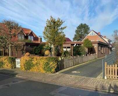 Bungalow mit Flachdach, Garage und Garten in gewachsener Siedlungslage