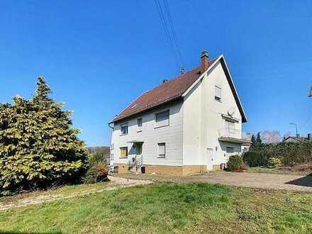 +++Freistehendes Ein- bis Zweifamilienhaus mit 1592 m² sonnigem Grundstück, 2 Garagen in ruhiger ...