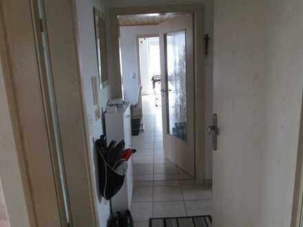 Erschwingliche und gepflegte DG-Wohnung mit drei Zimmern und Balkon in Arnstorf