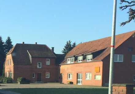 GELEGENHEIT! Wohnhaus mit Gewerbehallen und großem Grundstück in ländlicher Lage