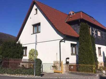 Gepflegtes Wohnhaus mit Nebengebäuden, 2 Garagen und Garten