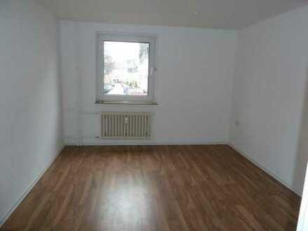 *Frisch renovierte 3-Zimmer-Wohnung im Erdgeschoss mit Balkon*