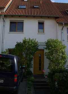 Von Privat: Schönes Reihenhaus mit fünf Zimmern in Nieder-Olm.
