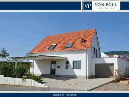 Hochwertig gebautes Niedrigenergiehaus mit Einbauküche, sonnigem Garten und großzügiger Garage