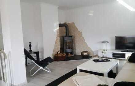 Stilvolle, vollständig renovierte 3-Zimmer-Maisonette-Wohnung mit 2 Balkonen und Garten