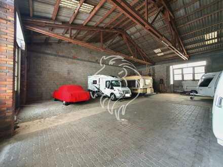 Große Arbeits-/Lagerhalle mit massiven Dachstuhl und umzäunten Grundstück