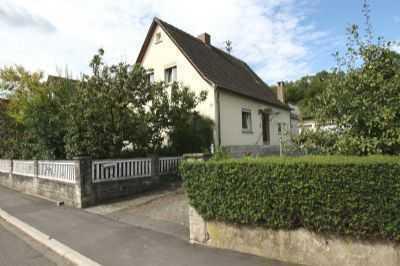 Älteres Einfamilienhaus mit Nebengebäuden und Garten