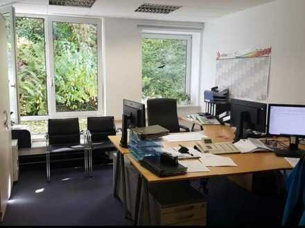Helle und großzügige Büroräume in ruhigem Wohngebiet zu vermieten