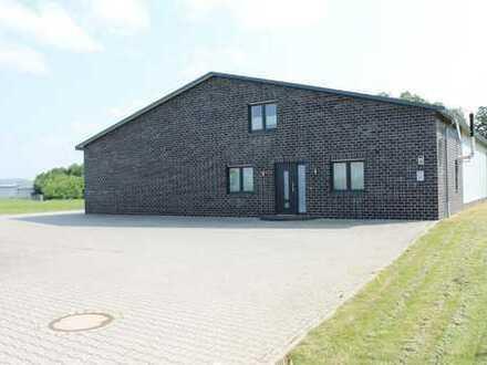 Neuwertige Gewerbehalle mit Werkstatt und Büro