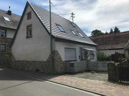 Einfamilienhaus und Scheune mit großem Garten