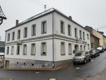 Wohn-Geschäftshaus in zentraler Lage mit eingerichteter Gaststätte.