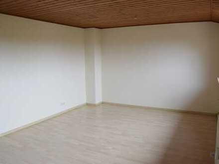 Preiswerte, gepflegte 3-Zimmer-Dachgeschosswohnung mit EBK in Azendorf