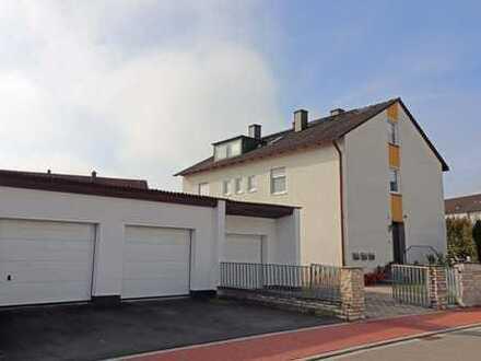 Schöne Lage geboten! Frei stehendes Zwei- oder Dreifam.-Haus mit drei Garagen und einem Freisitz.