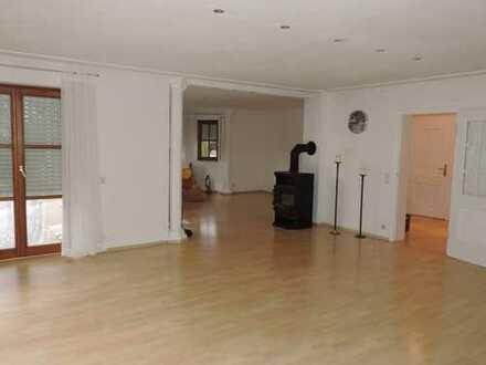 Gepflegte 7-Zimmer-EG-Wohnung mit Garten und EBK in Manching