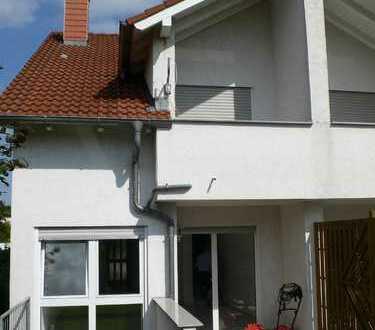 Schickes, helles Reiheneckhaus mit EBK, Balkon, Terrasse u. Garten in ruhiger Lage