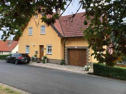 Charmantes Einfamilienhaus in ruhiger, freistehender Lage mit zwei Garagen und Balkon