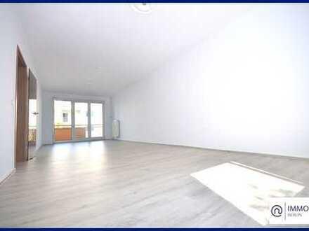 Wohnen am Wasser - sanierte & lichtdurchflutete 3 Zimmer Wohnung mit großem Sonnen-Balkon