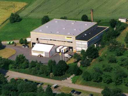 Produktions- und Lagerhalle mit Bürotrakt und großem Betriebshof