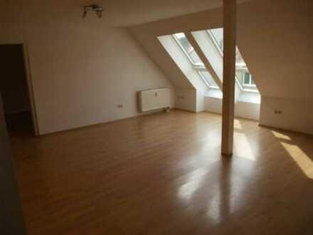 Gepflegte DG-Wohnung mit zweieinhalb Zimmern und EBK in Nürnberg-Maxfeld