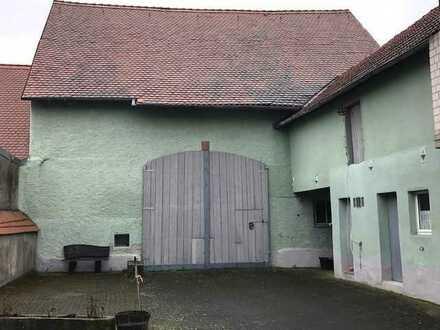 Gut erhaltener Scheunenrohling mit Nebengebäuden