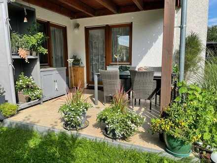 Freundliche 3-Zimmer Erdgeschosswohnung mit schöner Einbauküche, Garage und Terrasse