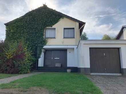 Freistehendes 2 Familienhaus mit Garage auf ca.1.600m² Traumgrundstück, in sehr guter Wohnlage.