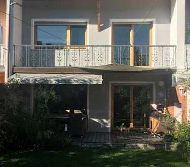 Herrliches 5-Zimmer RMH mit Terrasse, Garten, Balkon, EBK und Dachterrasse