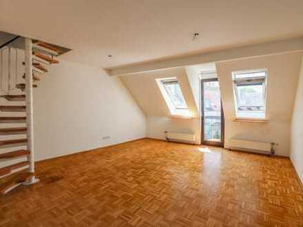 REUTER IMMOBILIEN Helle Zweizimmer-Dachgeschosswohnung mit ausgebautem Spitzboden und Stellplatz