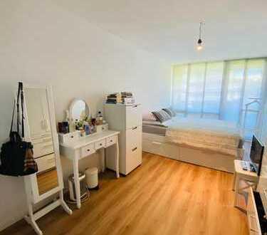 Helle und gepflegte 2 Zimmer Wohnung mit großer Loggia und Einbauküche in Berg am Laim, München