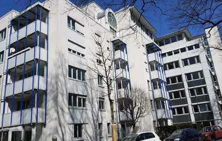 Großzügige helle 3 Zimmerwohnung mit 3 Balkonen und neuen Laminat zu vermieten!