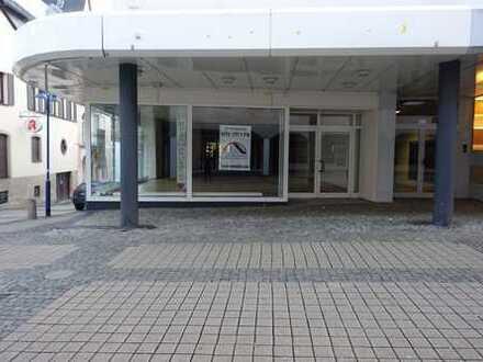 3 Monate mietfrei +++ ca. 675,00 m² Eck-Ladenlokal für nur 2.950 € +++ 1A-Lage FGZ in Idar-Oberstein