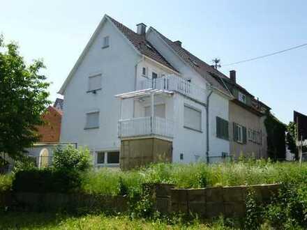 Renovierungsbedürtiges Mehrfamilienhaus mit großem Grundstück !