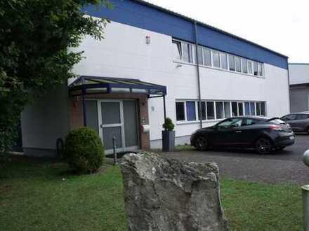 Ensembel aus Büro-/Werkstattgebäude und Logistikhalle von PRIVAT