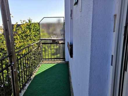 Nettes Zimmer mit Balkon in einer 3er WG :)