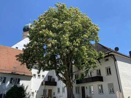 Vollständig renovierte Wohnung mit fünf Zimmern sowie Balkon und Einbauküche in Inchenhofen