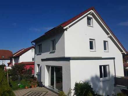 Freistehendes Haus mit Garage, schöner EBK und Fußbodenheizung