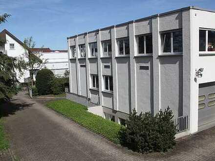 Baden-Baden-Oos. Bürogebäude mit Nutzungsperspektive als Wohngebäude. 1.906 m² Grundstück.