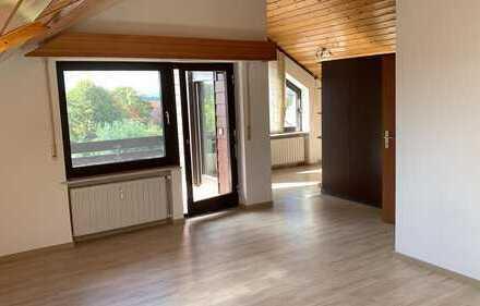 Gemütlichkeit und Moderne vereint: 3-Zimmer-DG-Wohnung mit Einbauküche und 2 Balkonen
