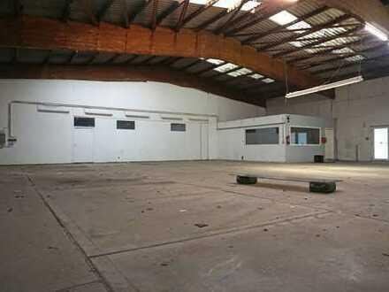 Hallenfläche mit Büro- und Sanitärraum
